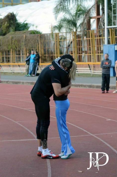 El abrazo final con su entrenadora, Graciela Scaglia